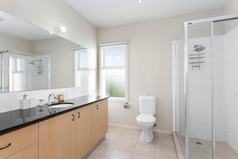 showing the main bedroom ensuite bathroom